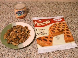 Слоеные пирожки с орехами и вареной сгущенкой. Ингредиенты