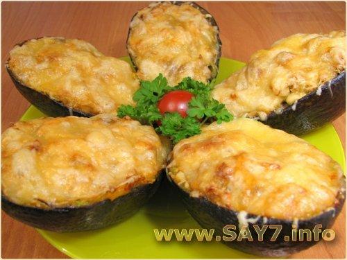 Авокадо, фаршированное куриным филе