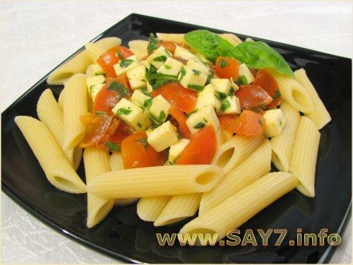 Макароны c помидорами, моцареллой и базиликом